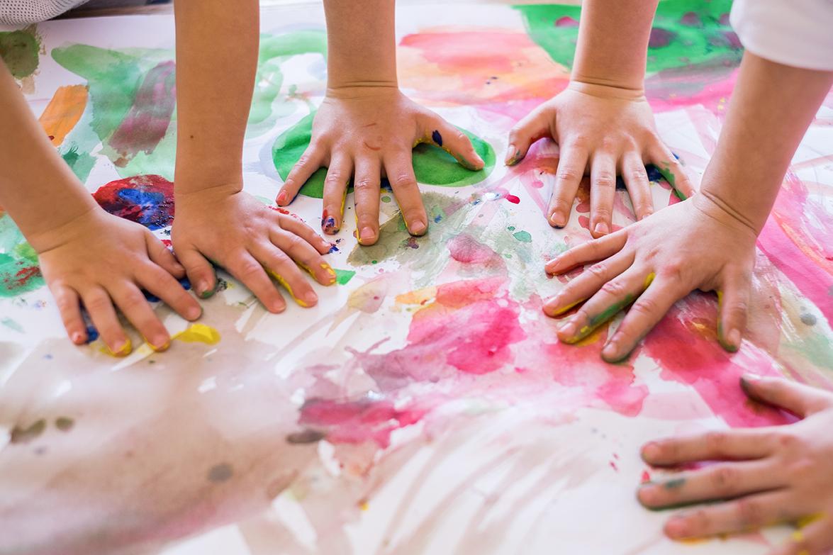 Kinder beim Malen mit Fingerfarben in einer Kindertagesstätte