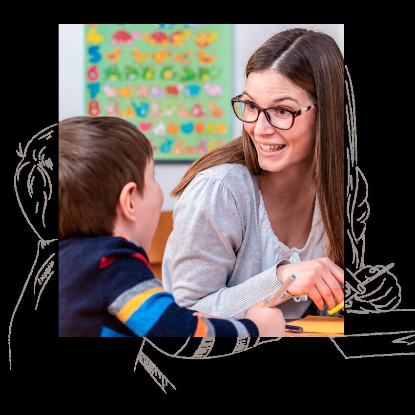 Eine Erzieherin & Pädagogin widmet sich einem lachenenden Kind in einer educcare Kita