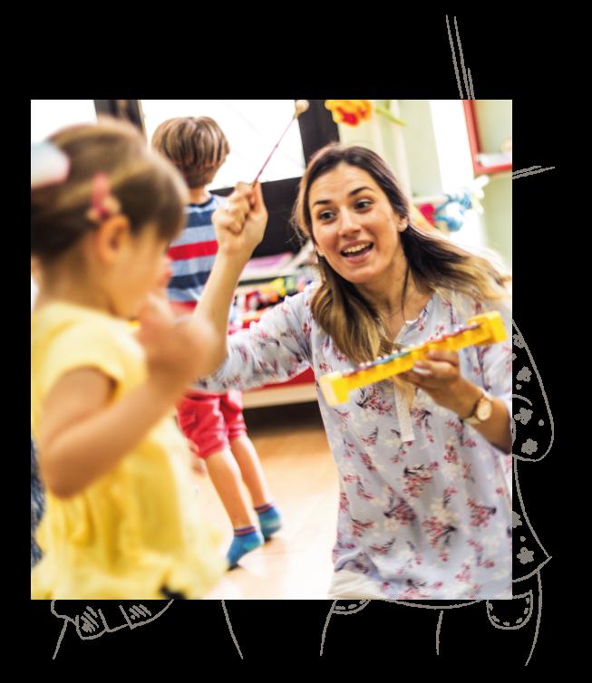 Eine Erzieherin & Pädagogin malt gemeinsam mit einem Kind in einer educcare Kita