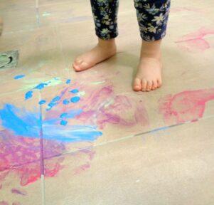 Mit den Füßen malen Kita Blatt-Werk