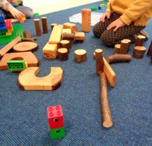 Mit Holz und Lego bauen Kita Blatt-Werk
