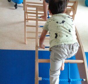 Kind kletter in Kita Blatt-Werk