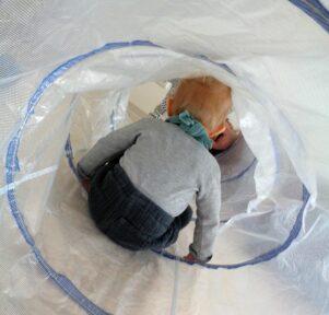 Kinder im Spieltunnel Kita Blatt-Werk