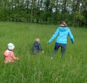 Kinder im hohen Gras Kita Blattwerk
